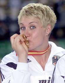 Astrid Kumbernuss har tre VM-gull fra før i kule. (Foto: AP/Scanpix)