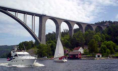 Den gamle brua skal erstattes av den nye som skal stå klar 7.juni 2005 ( Foto:Rainer Prang, NRK )