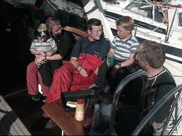 Mor Randi, Bjørn (6 1/2 år), programleiar Stig Hernes, Eirik (8år) og far Helge Ivarsøy tar ein vel fortjent kvil. Foto: Frode Fimland