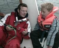 Eirik meiner at ein grønn og ein raud sokk kan hjelpa programleiaren med å finna styrbord og babord. Foto: Frode Fimland