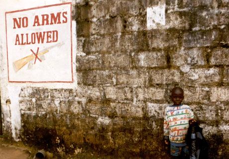 For Liberia og internasjonale organisasjoner som skal hjelpe med gjenoppbyggingen av landet, er de tusener av barn og ungdommer som ikke kjenner enn annen virkelighet enn krig, en stor utfordring. Foto: Kirkens Nødhjelp
