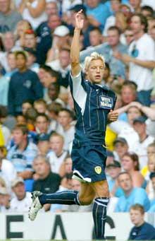 Alan Smith jubler etter å ha gitt Leeds ledelsen, men laget tapte til slutt 2-1. (Foto: Reuters/Scanpix)