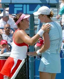 Jennifer Capriati trøster Lindsay Davenport etter kampen. (Foto: AP/Scanpix)