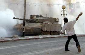 URO IGJEN: I Nablus på Vestbredden kom det i går til strid mellom palestinske ungdommer og israelske militære. Foto: Reuters/AP.