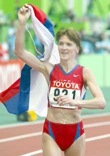 Jelena Nikolajeva på æresrunden etter gullet. (Foto: AP/Scanpix)