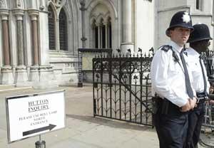 TIL HØRING: Onsdag og torsdag må statsminister Tony Blair og forsvarsminister Geoff Hoon ta denne veien. Foto: AP/Scanpix
