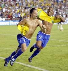 Diego (t.v.) og Robinho er to av de mest ettertraktede spillerne i Sør-Amerika. (Foto: AFP/Scanpix)