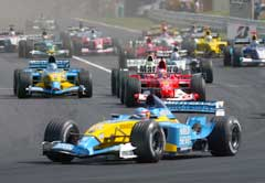 Fernando Alonso ledet allerede ut av første sving. (Foto: Reuters/Scanpix)