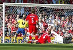 Thierry Henry (t.v.) scorer Arsenals første mål. (Foto: Scanpix)