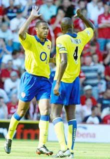 Thierry Henry og Patrick Vieira feirer Henrys mål. (Foto: AP/Scanpix)