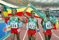 Kenenisa Bekele (i midten) feirer gullet sammen med Haile Gebrselassie og Sileshi Sihine. (Foto: Reuters/Scanpix)