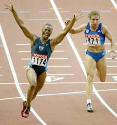 Kelli White jublet etter at hun var først i mål på 100 meter. (Foto: Reuters/Scanpix)
