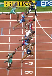 Kim Collins, øverst i bildet, fikk kastet brystkassa først i mål. (Foto: AP/Scanpix)