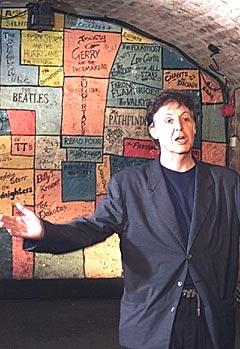 Sir Paul McCartney inne i The Cavern Club i Liverpool som nå kan komme til å bli en kjede av klubber. Foto: AP Photo / Phil Noble.