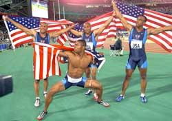 Jon Drummond (t.h.) tok OL-gull på 4x100 meter stafett i OL i Sydney, og og poserte sammen med Maurice Greene, Brian Lewis og Bernard Williams etterpå. (Foto: AP/Scanpix)