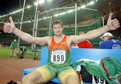 Virgilijus Alekna jublet over VM-gullet for to år siden. (Foto: Reuters/Scanpix)
