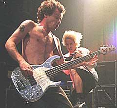 Flea varslet før helga et nytt Red Hot Chili Peppers-album til våren. (Foto: Janerik Henriksson, Scanpix)