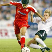 Rosenborg og Ørjan Berg lå hele kampen en halv meter bak spanjolene. Til venstre Deportivos Juan Valeron. (Foto: Reuters)