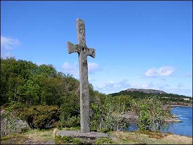 Olavkrossen i Korssund er henta frå steinbrota i Hyllestad. Foto: Arild Nybø © 2003.
