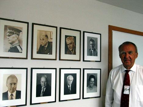 Øverkil med forgjengerne på veggen. 3 av dem måtte gå av etter politiske tabber. Foto: Hans-Wilhelm Steinfeld