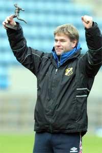 I 2002 jublet Sture Fladmark over å bli kåret til årest trener. I dag er han bare forbannet. (Foto: Scanpix)