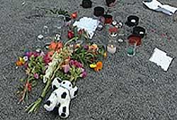 Medelever og venner la ned blomster og hilsninger i dag morges.