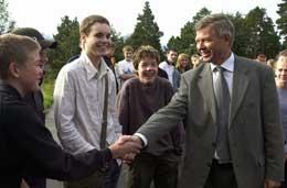 Bondevik hilste på elever ved Skodje ungdomsskole. Foto: Scanpix