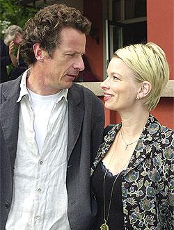 Niels Fredrik Dahl sammen sin kone Linn Ullmann, på årets hagefest hos Aschehoug