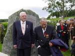 Fornøyde veteraner foran bautaen Robert Skjønsberg fra Romedal (t.v.) og Odd Hemstad fra Trysil. (Foto: Magnus Gaarder)