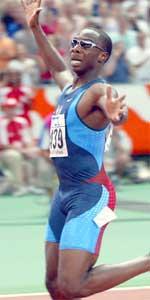 Jerome Young jubler etter at han vant 400 meteren tidligere denne uken. Men smilet hans kan stivne raskt - nå viser det seg at USA kan miste gullmedaljen laget fikk på 4 x 400 meter stafett under Sidney-OL for to år siden, fordi Young var dopet året før.