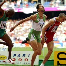 Djabir Said-Guerni kastet seg foran russiske Jurij Borzakovskij (i rødt) og tok gullet på 800.