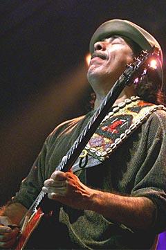 Carlos Santana underholdt fansen med en noe ujevn konsert. Foto: AP Photo / Camay Sungu.