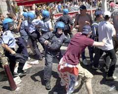 Belgisk politi måtte gripe inn etter EM-kampen mellom Tyskland og England i år 2000. (Foto: AP/Scanpix)