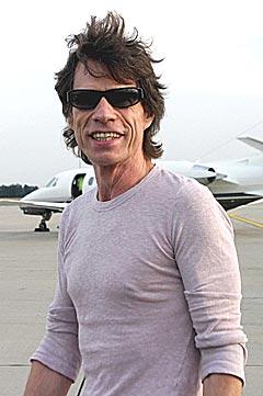 Mick Jagger fra Rolling Stones, her forran bandets fly etter å ha ankommet Hanover 7. august 2003. Nå vil bandet bedre sin miljø-samvittighet. Foto: AFP PHOTO DDP / KAI-UWE KNOTH.