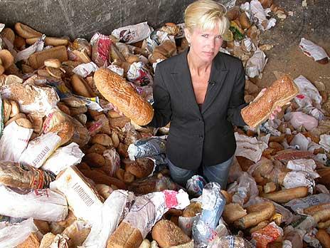FBIs Elisabet Grøndahl fikk selv se noe av maten som kastes på nært hold. Foto: NRK