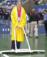 Belgiske Kim Clijsters måtte skyfle vann i stedet for å spille tennis (Foto: AP)