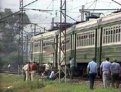 Etterforskarar frå russisk politi starta raskt med undersøkingar av toget. (AP-foto)