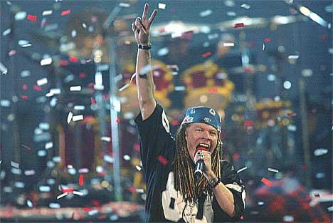 Axl Rose opptrer med nye Guns N`Roses undet MTV Music Awards 2002. Foto: Beth Keiser / AP.
