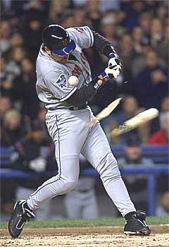 New York Mets' Mike Piazza fikk ny Guns-låt i posten. Foto: Mark Lennihan / AP.