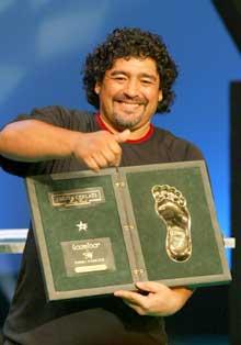 Diego Maradona ligger i respirator på et sykehus i Buenos Aires. (AP/Scanpix-foto)