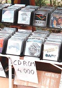 Universal vil forsøke å stoppe nedlastingen fra internett ved blant annet å gjøre cd-plater billigere.. Foto: AP Photo / Vassily Bekrodimitris.
