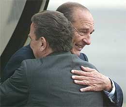 Schröder (med ryggen til) ga Chirac en hjertelig velkomst på flyplassen i Dresden, og den gode tonen mellom de to holdt seg under hele møtet (Scanpix/AP)