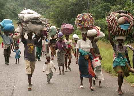 Titusener er på flukt etter kamper i Liberia. Foto: Reuters/Scanpix