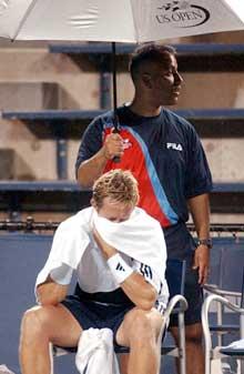 Jonas Björkman i enda en regnpause i kampen mot Guillermo Coria: (Foto: AP/Scanpix)
