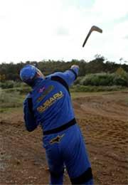 Men kommer den tilbake? Petter prøver boomerang-kasting (Foto:www.swrt.com)