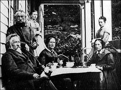 Kaptein Gerhard Munthe d.y. (t.v.) saman med huslyden sin ved Munthe-huset i Ytre Kroken.