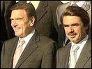 Spanias statsminister José María Aznar (t.h.) er kritisk til USAs retorikk. Til venstre: Tysklands forbundskansler Gerhard Schröder.