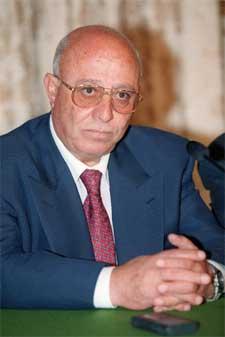 Den påtroppende palestinske statsministeren Ahmed Korei fordømmer selvmordsangrepene.