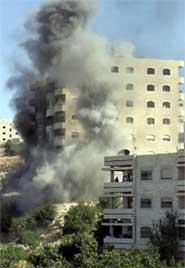 RAKETTANGREP: En palestinsk 13-åring ble drept da israelske raketter traff denne boligblokken i Hebron. (Foto: Scanpix)