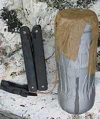 Den heimelaga bomba. Til venstre er ein lommeknivfor å vise storleiken.(Foto: Forsvaret)